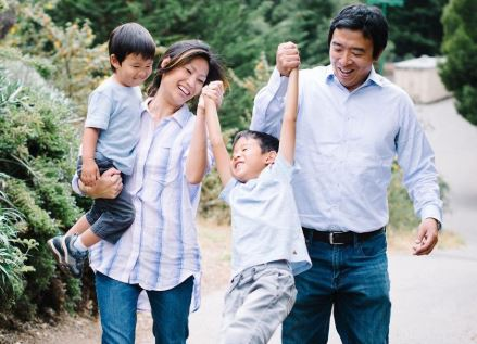 Andrew Yang with his wife and childen | Source: thenetline.com