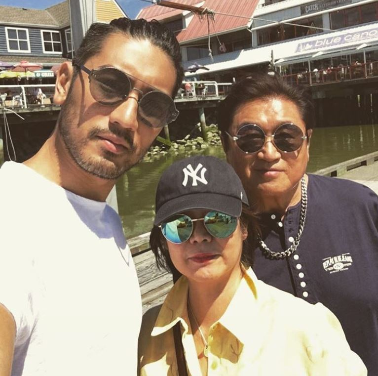 Godfrey Gao with Parent/s}}