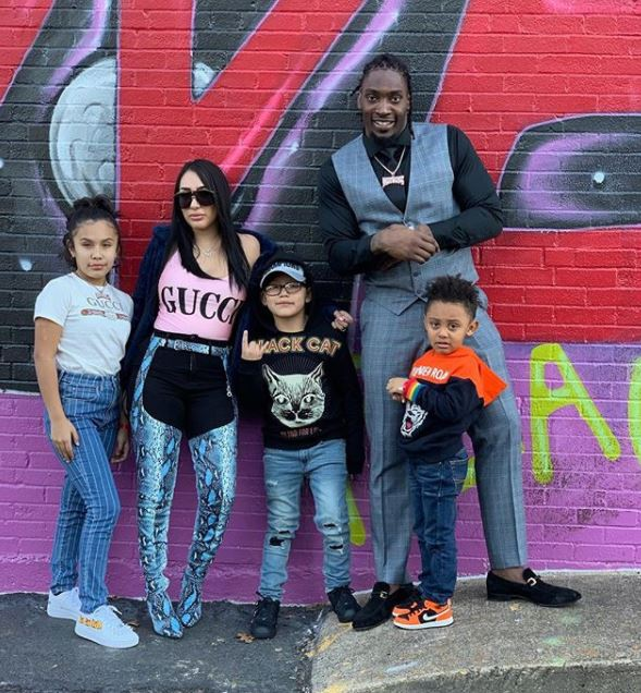 Sasha Almeida with her husband & children. | Source: Instagram