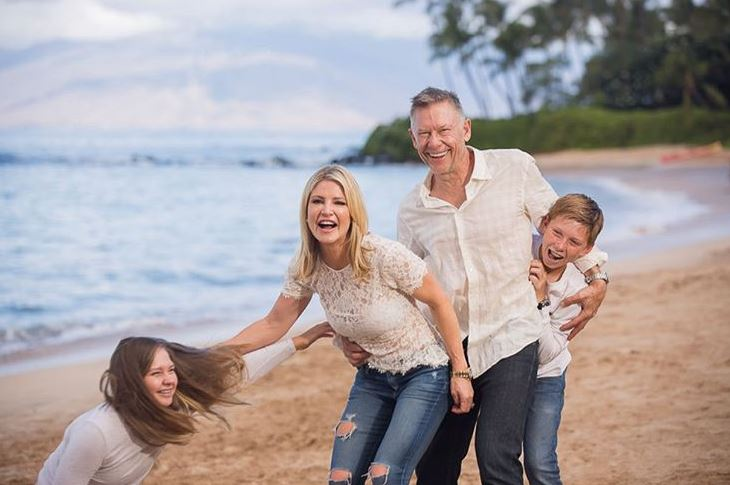 Dayna Devon with Children}}