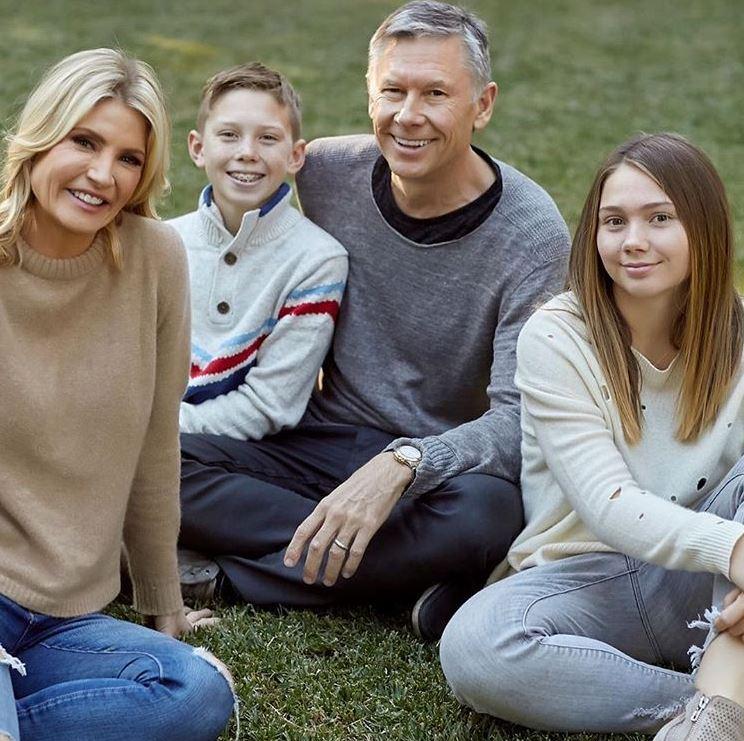 Dayna Devon with her husband, Brent Moelleken and children. | Source: Instagram