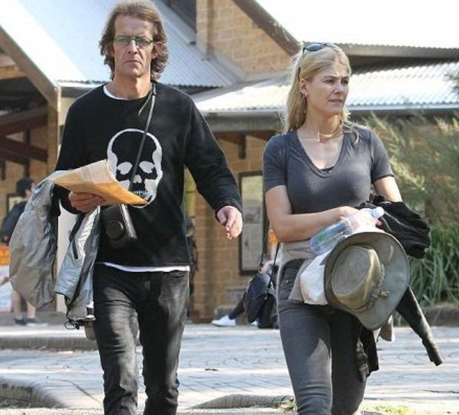 Robie Uniacke with his girlfriend Rosamund Pike | Source: daily.co.uk